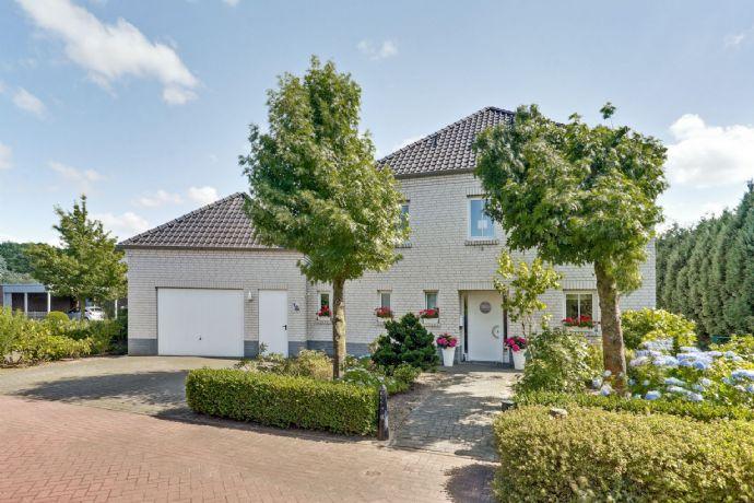 = RESERVIERT = Holland Immocenter = Schönes freistehendes Einfamilienhaus mit großer Garage in toller Lage von Neuenhaus!