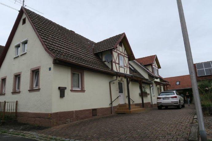 Doppelhaus mit Garagengebäude und Garten