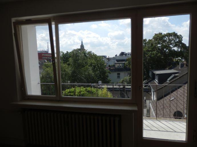 Über den Dächern von Krefeld, helle 3 Zimmerwohnung mit Süd-Balkon direkt in der City, 5.Etage mit dem Aufzug auch von der Tiefgarage zu erreichen