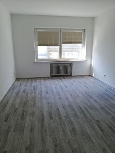 Alles neu!! Frisch renovierte, schöne,großräumige 2 Zimmer Wohnung,95 m² KD Wannenbad in gepflegtem Ambiente.direkt vom Eigentümer!