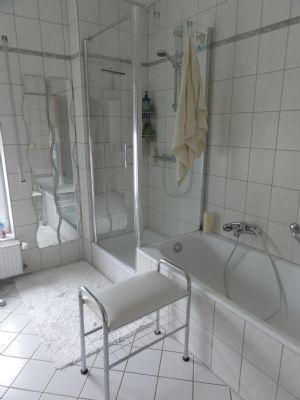 Badewanne mit grossräumiger Glasduschkabine