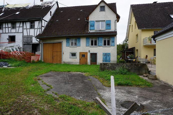 Baugrundstück mit altem Bauernhaus in