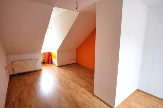 Ruhige 2-Zimmer-Wohnung im Dachgeschoss nahe Universität, Helios-Klinikum & Nordpark. Ideal für Singles!
