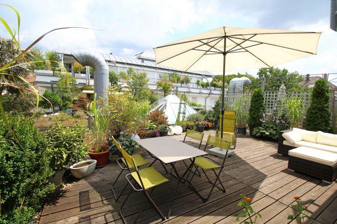 Komplett möblierte, attraktive 2-Zimmer-Wohnung mit großer Dachterrasse