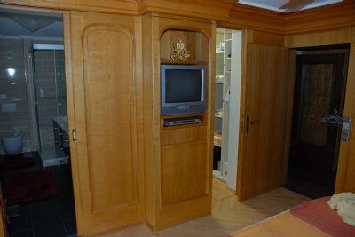 Schlafzimmer mit Bad, TV begehbarem Kleiderschrank