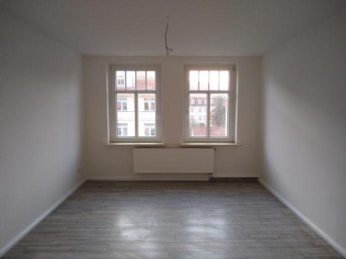Frisch sanierte 2-Raum-Wohnung mit schickem Bad in gründerzeitlichem Altbau