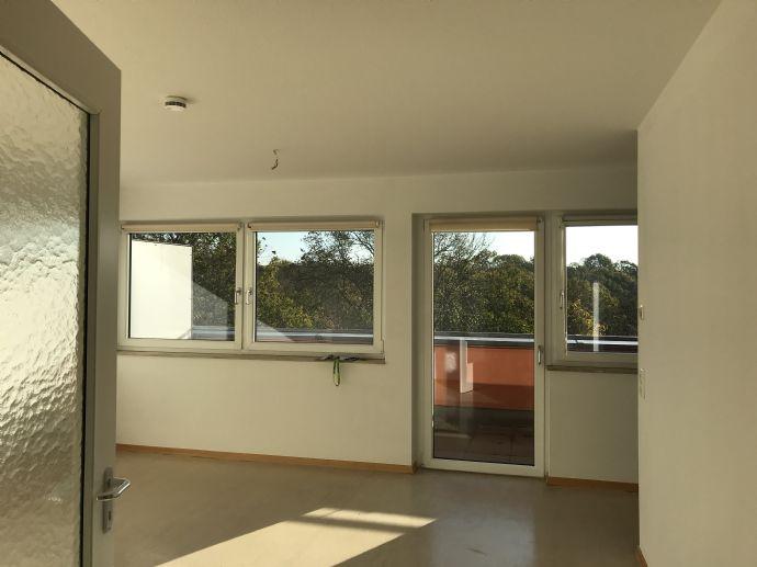 SENIORENGERECHT: Helle 1-Zimmer-Wohnung mit Einbauküche, gr. Balkon ins Grüne. Aufzug. 1 Monat kaltmietfrei.