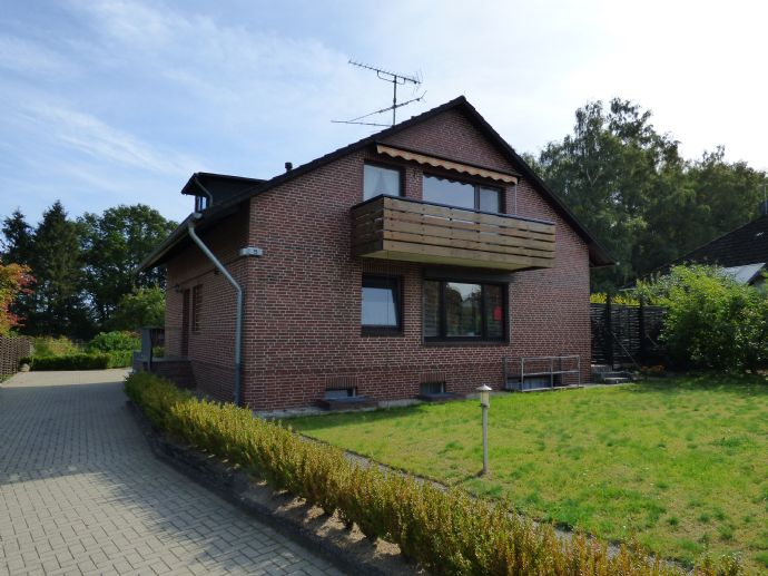 In Kürze: Zweifamilienhaus auf großem Grundstück in Ortsrandlage