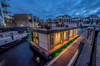 luxus hausboot 2 etagen 100m sonnenterrasse 70 m wohnen kamin sauna komplett. Black Bedroom Furniture Sets. Home Design Ideas
