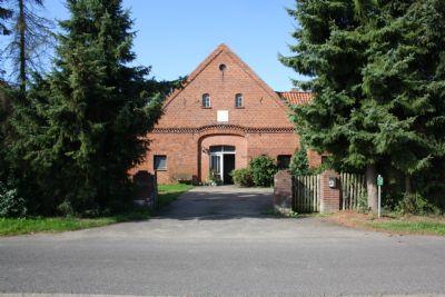 Hofeinfahrt mit Blick auf das Wohnhaus