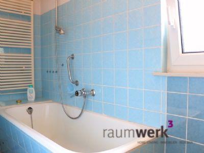 wunderschönem blaues Bad hat sogar Tageslicht ;)