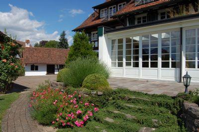 Teilansicht Terrasse mit Blick zum Backhaus
