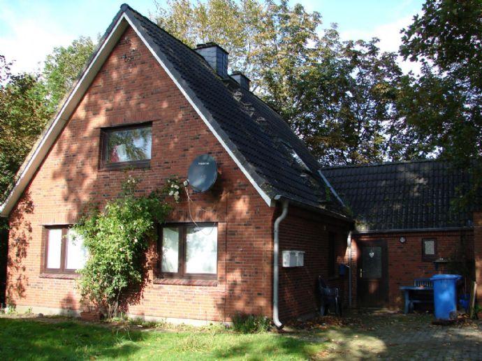 Teilw. erneuertes Einfamilienhaus mit Garage mit Blick über Wiesen und Felder