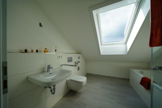 Erstbezug! Exklusive 3,5-Zimmer-Dachgeschosswohnung mit riesigem West-Balkon in Neubeuern