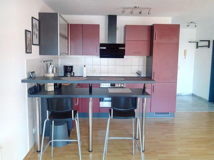 Schicke MÖBLIERTE Singlewohnung mit sonnigen Balkon ! offene Küche mit Einbauküche / Laminatböden / Balkon / Wannenbad / PKW- Stellplatz