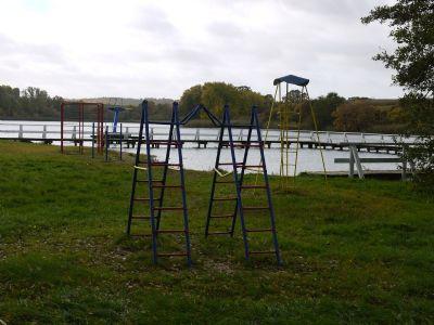 Tüzer See mit Spielplatz