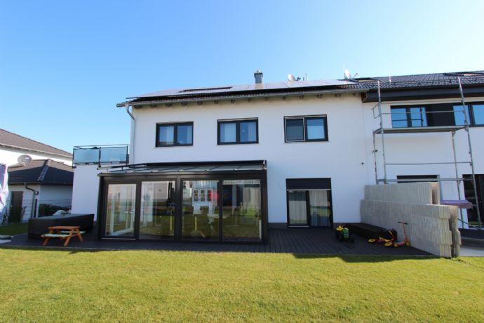 Zweifamilienhaus in Köfering mit großem Garten, Terrasse und Balkon auf 529 m² Grundstück