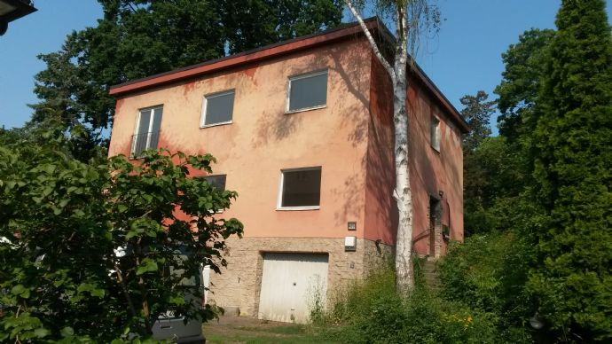 Bezugsfreies Zweifamilienhaus mit zwei Garagen in Spandau-Kladow