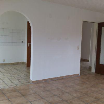 Wohnzimmer mit Blick in die Küche und Flur