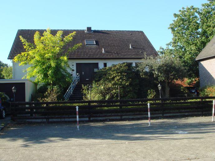 Wohnhaus mit Vollkeller, ausgebautem Dachgeschoss, Garage, Gartenhaus auf 1.543 m² Grundstücksfläche in Wesendorf