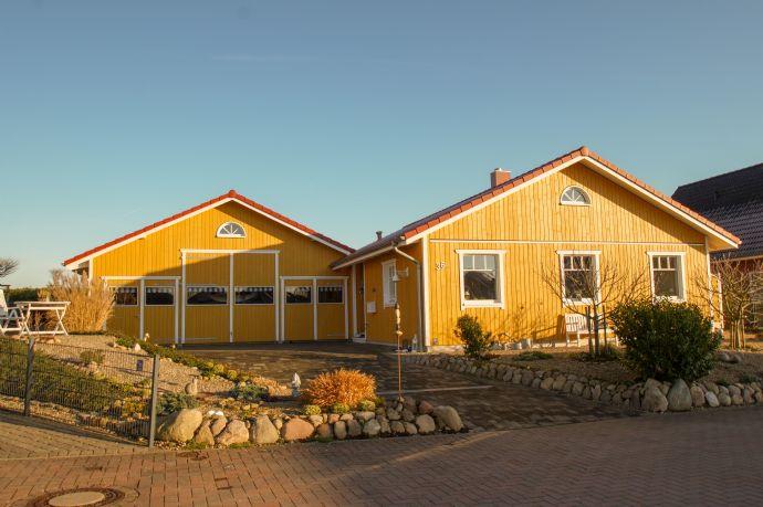 Ebenerdiges skandinavisches Holzhaus mit eigener Bootshalle/Großgarage in ruhiger Sackgassenlage und fußla¨ufiger Entfernung zur Schlei.