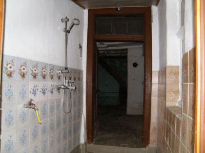 Dusche im Durchgangsbereich