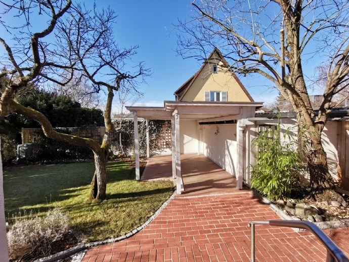 Großzügige und helle Doppelhaushälfte mit 3 Bädern, viel Licht und schönem Garten !