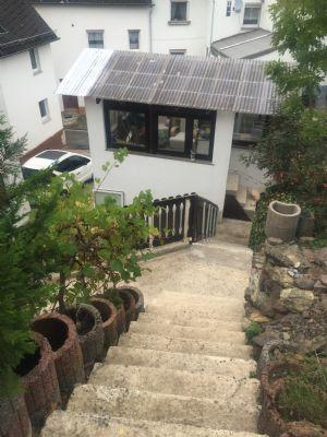 Treppengang vom Haus zum oberen Garten