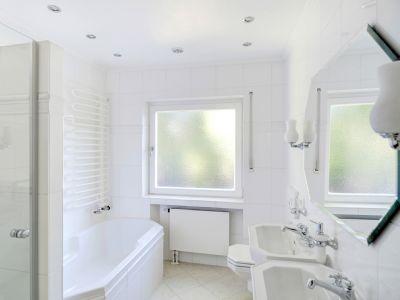 Badezimmer im 1. OG mit Wanne und Dusche