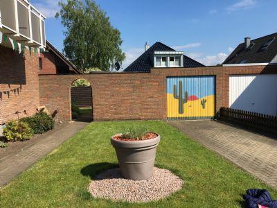Garage und Zugang zum Garten