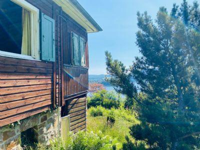 Baugrundstück mit Hütte am See