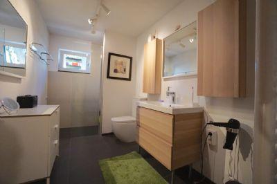 UG Badezimmer mit grosser moderner Glasdusche