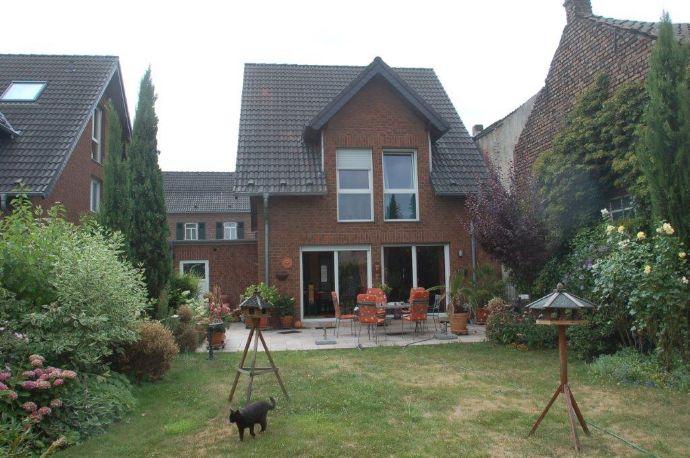 Helles, gepflegtes Einfamilienhaus mit Garten, Garage und Stellplätzen nah zum Rhein