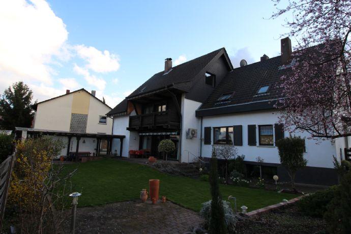 Zwei Einfamilienhäuser mit wunderschönen Garten