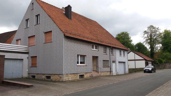 Einfamilien Wohnhaus 168 qm - mit großem angrenzendem Nebengenbäude (160 qm) und Garten (235 qm), mit überdachtem Freisitz 18 qm, 2 Garagen.