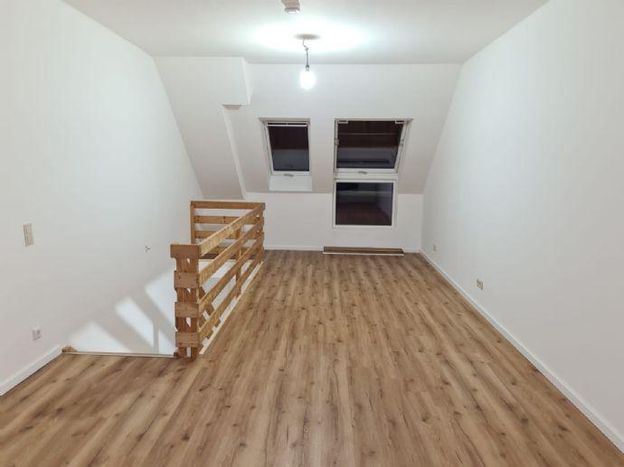 Helle renovierte 2-Zimmer-Maisonette-Wohnung mit Einbauküche in Düsseldorf