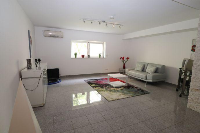 Sehr geräumige Zweizimmerwohnung (84 qm), inkl.Einbauküche, Wannenbad und Freisitz.