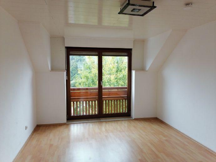 3,5 Zimmer Dachgeschosswohnung in ruhiger Wohngegend zwischen München und Flughafen