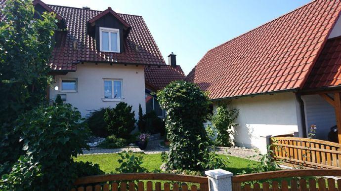 Kemmern nah an Bamberg: Besondere reizvolle Doppelhaushälfte , viele Extras, einen mit Liebe angelegten schicken vielseitigen eingewachsenen Garten.