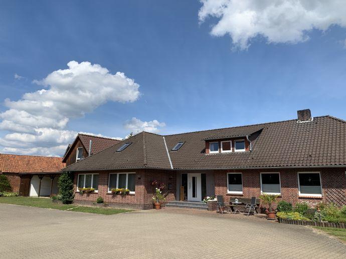 Top-Landhaus mit zweiter Wohneinheit und einem weitem Blick auf den Traumgarten und über die eigenen Wiesen