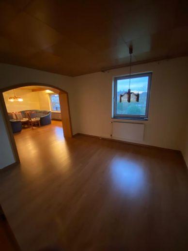Ihr neues Zuhause - 4,5 Zimmer im 1. Obergeschoss mit Balkon! Wird saniert übergeben.