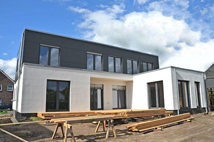 Hochwertig ausgestattete Erdgeschoss-Wohnung mit idyllischem Garten, Carport und Einbauküche in Bad