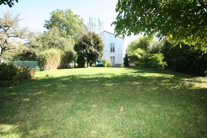 Baar-Ebenhausen: Geräumiges EFH mit 2 Garagen auf großem Grundstück! Garten ist auch als Bauplatz nutzbar!