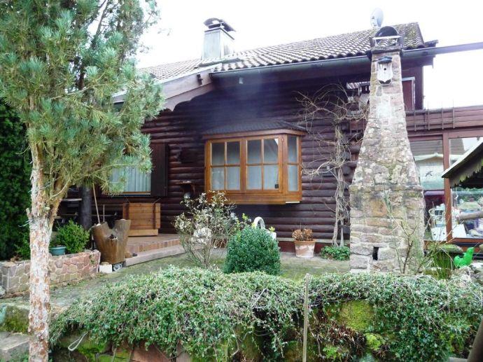Stimmungsvolles Bio-Blockhaus mit Wintergarten, Balkon, Garage und liebevoll gestaltetem grünen Grundstück mit Teich und Grillplatz in ruhiger Südlage