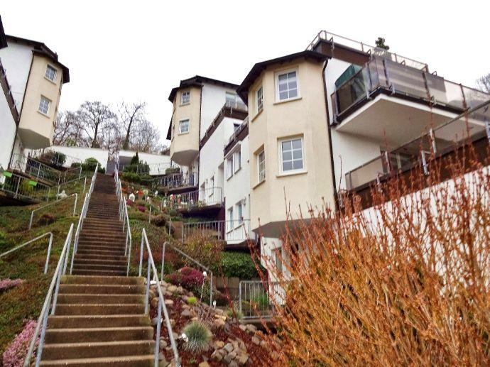 Gehobene und möblierte 3,5-Zimmer Wohnung mit sehr großer Dachterrasse und Tiefgaragenstellplatz in