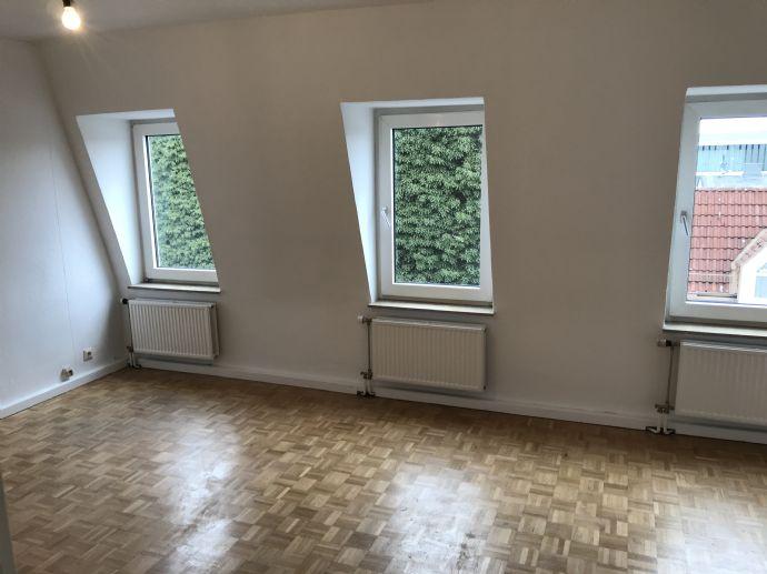 Frisch gestrichene 2-Zimmer Dachgeschosswohnung WG-geeignet