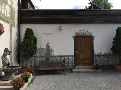 Innenhof, Fassade handbemalt im Stil des 16.Jhdt.