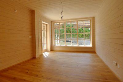 Zimmer mit großzügigen Sprossenfenster