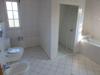 Badezimmer mit Wanne u. Dusche