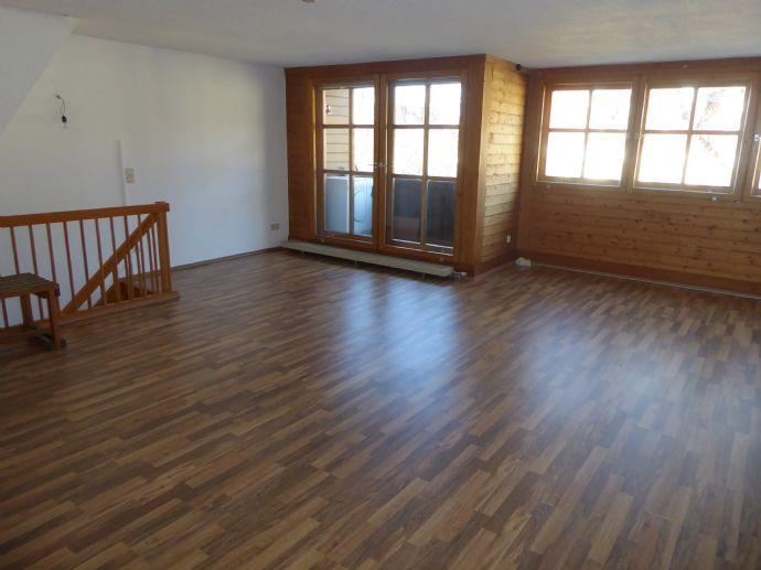Helle 3-Zimmer-Dachgeschosswohnung mit Balkon im Herzen von Feucht